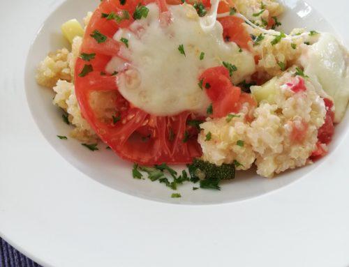 Quinoa Auflauf mit Mozzarella, Tomaten und Zucchini